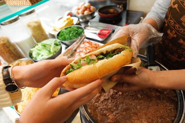 Bánh mì Việt cưa đổ cả thế giới: từ món Tây vay mượn đã trở thành đặc sản Việt Nam vươn tầm quốc tế, ghi hẳn tên riêng trong từ điển - Ảnh 13.