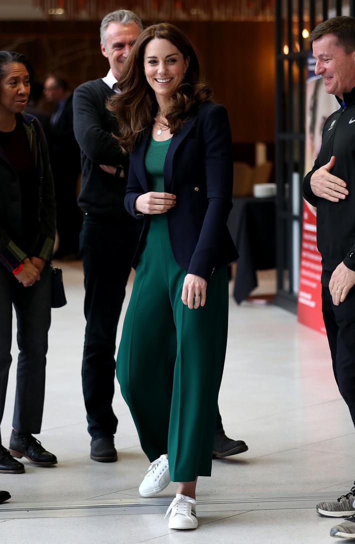 Công nương Kate thật khéo lấy lòng công chúng, hôm trước vừa đi giày hiệu 16 triệu, hôm sau đã sửa sai với đôi giày 800k - Ảnh 6.