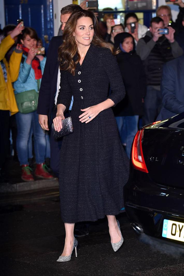 Công nương Kate thật khéo lấy lòng công chúng, hôm trước vừa đi giày hiệu 16 triệu, hôm sau đã sửa sai với đôi giày 800k - Ảnh 3.
