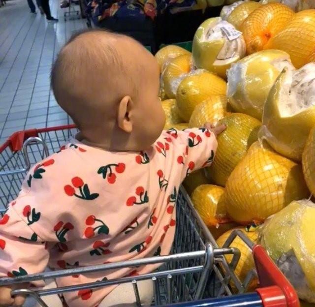 """Con cứ đòi sờ nắn khắp hoa quả trong siêu thị đến là phiền, mẹ bực mình cho bé bài học """"không thể nào quên"""" khiến ai nấy phải """"ngả mũ thán phục""""  - Ảnh 4."""