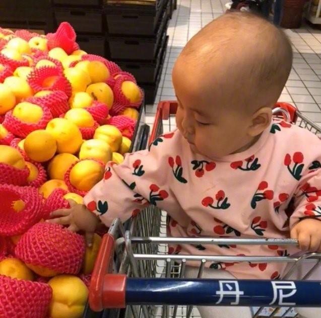 """Con cứ đòi sờ nắn khắp hoa quả trong siêu thị đến là phiền, mẹ bực mình cho bé bài học """"không thể nào quên"""" khiến ai nấy phải """"ngả mũ thán phục""""  - Ảnh 2."""