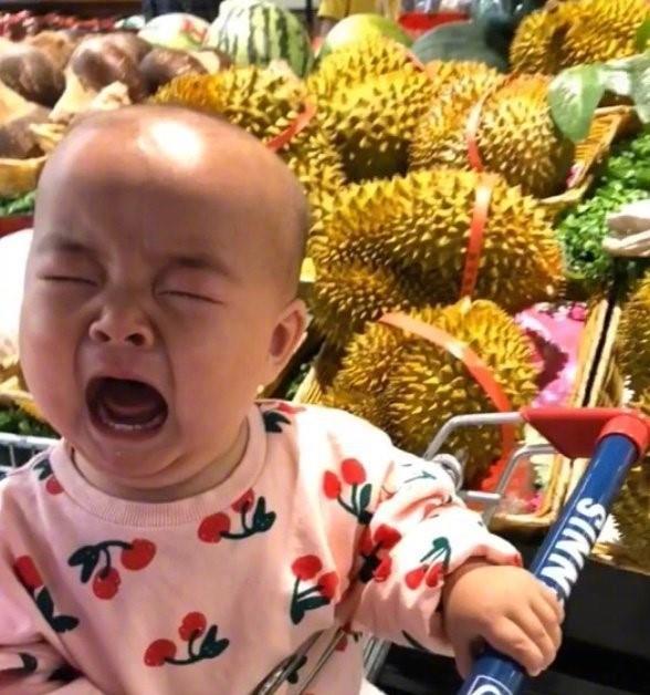 """Con cứ đòi sờ nắn khắp hoa quả trong siêu thị đến là phiền, mẹ bực mình cho bé bài học """"không thể nào quên"""" khiến ai nấy phải """"ngả mũ thán phục""""  - Ảnh 5."""