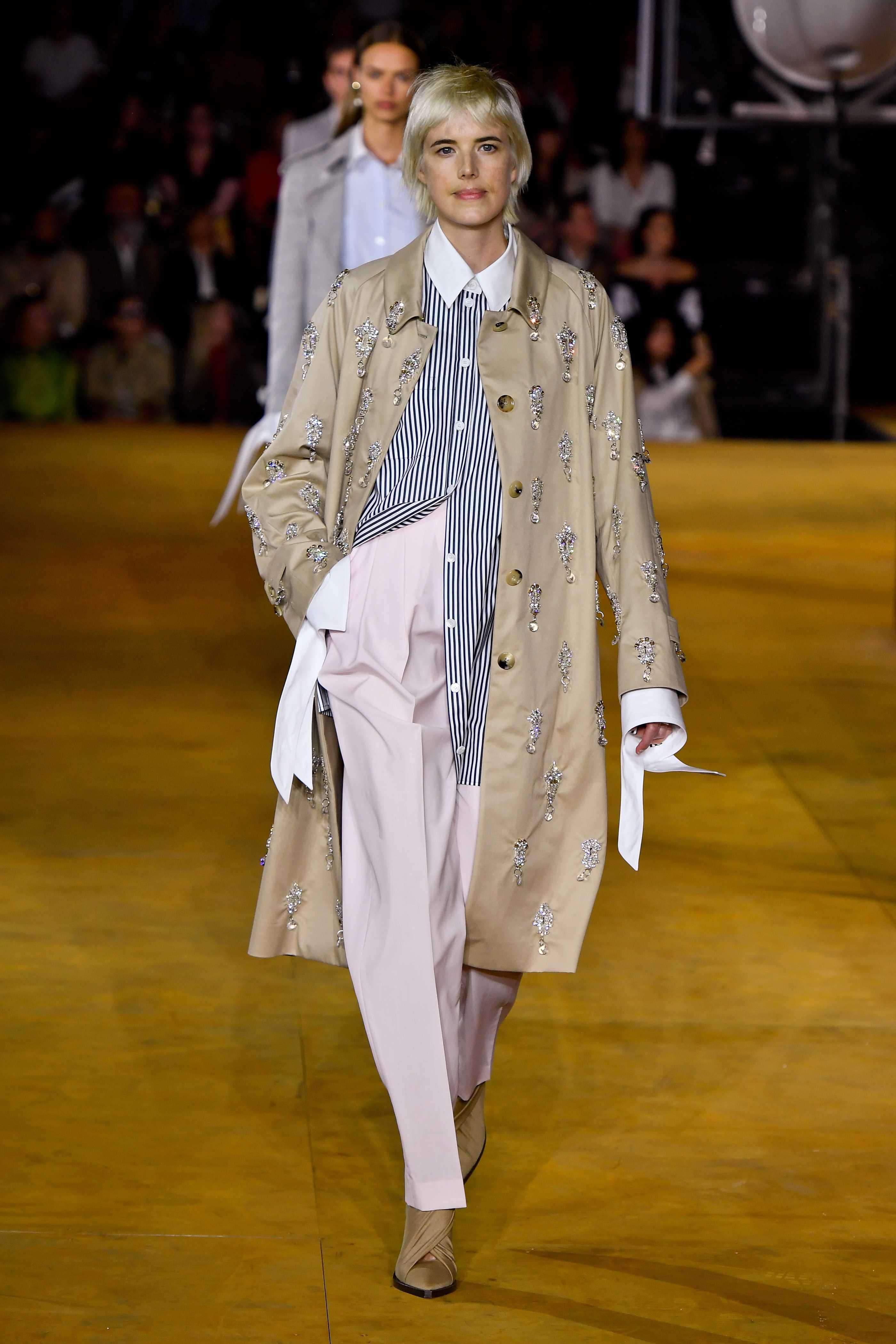 Người mẫu lưỡng tính Agyness Dayn trên sàn diễn Burberry Xuân 2020