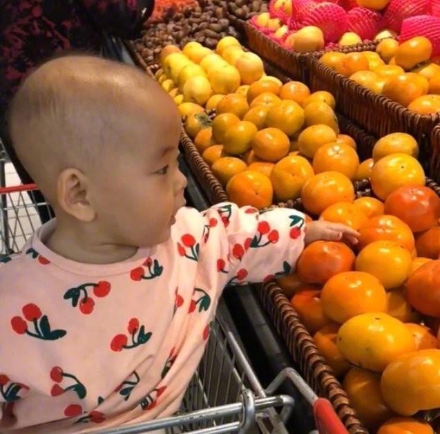 """Con cứ đòi sờ nắn khắp hoa quả trong siêu thị đến là phiền, mẹ bực mình cho bé bài học """"không thể nào quên"""" khiến ai nấy phải """"ngả mũ thán phục""""  - Ảnh 3."""