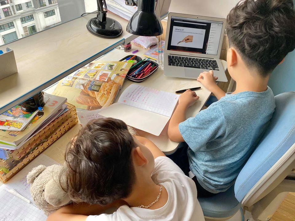 """Quá nhớ trường lớp, cậu út nhà Đan Lê đi ngủ vẫn nhắc anh trai nhớ gọi dậy để """"học online ké"""" theo cách đáng yêu không chịu nổi - Ảnh 3."""