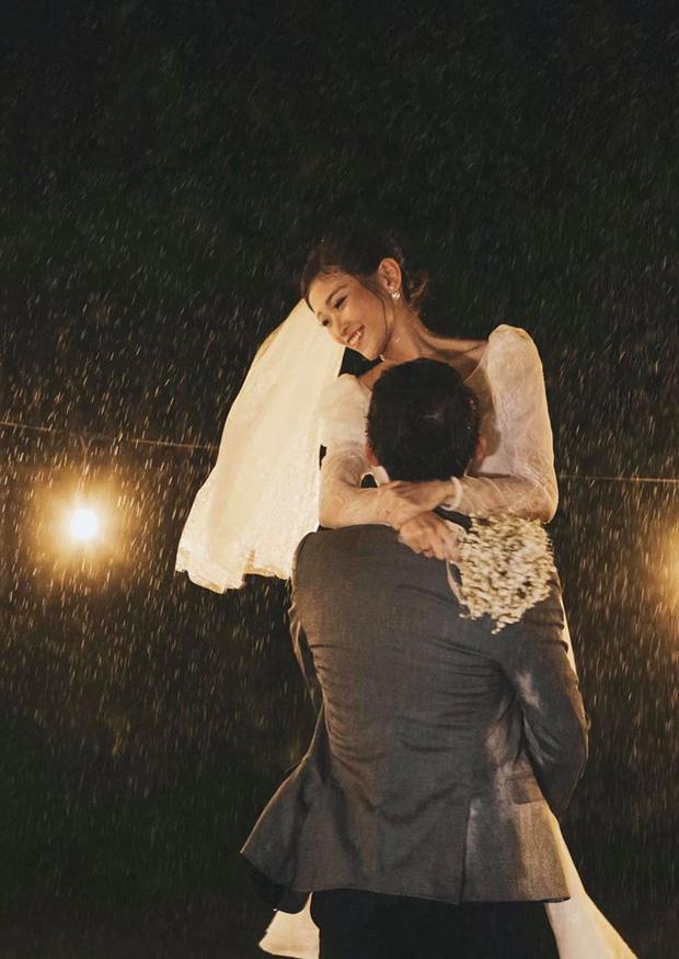 Ngắm trọn loạt ảnh cưới của cặp Người ấy là ai: Từ ướt át đến tái hiện lại khung cảnh nơi anh gặp em - Ảnh 3.