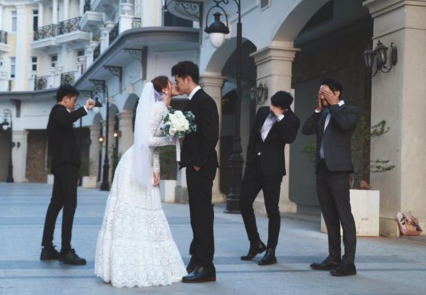 Ngắm trọn loạt ảnh cưới của cặp Người ấy là ai: Từ ướt át đến tái hiện lại khung cảnh nơi anh gặp em - Ảnh 13.