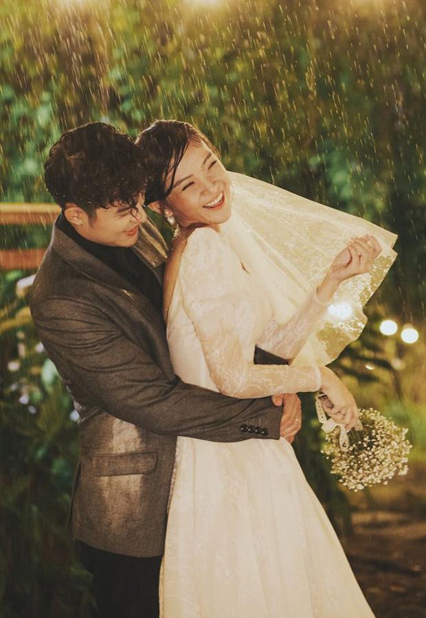Ngắm trọn loạt ảnh cưới của cặp Người ấy là ai: Từ ướt át đến tái hiện lại khung cảnh nơi anh gặp em - Ảnh 5.