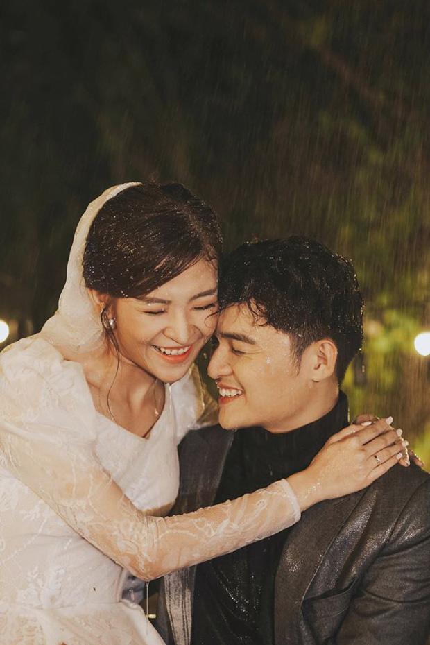 Ngắm trọn loạt ảnh cưới của cặp Người ấy là ai: Từ ướt át đến tái hiện lại khung cảnh nơi anh gặp em - Ảnh 9.