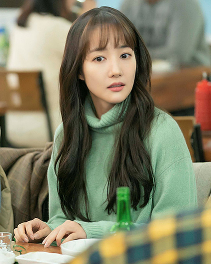 """Toang như Park Min Young trong phim mới: Tóc mái mưa """"ngố tàu"""" phản chủ lại thêm style vẽ eyeliner dìm sắc - Ảnh 1."""