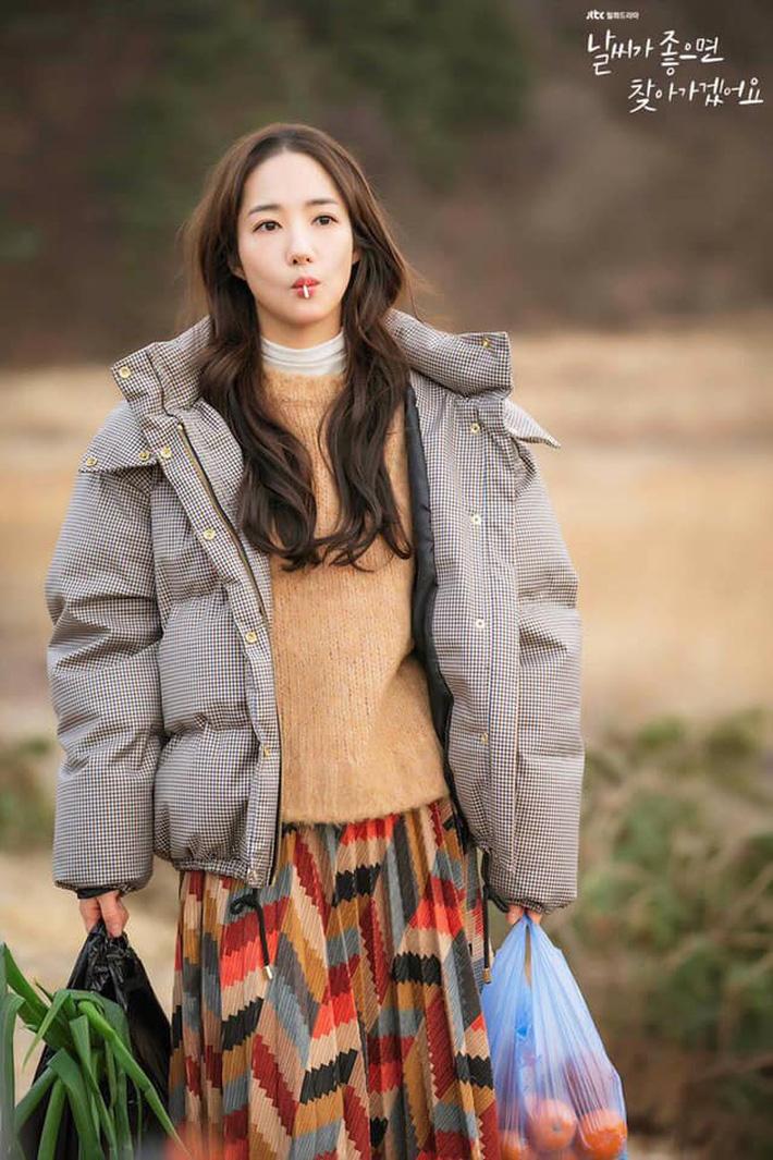 """Toang như Park Min Young trong phim mới: Tóc mái mưa """"ngố tàu"""" phản chủ lại thêm style vẽ eyeliner dìm sắc - Ảnh 8."""