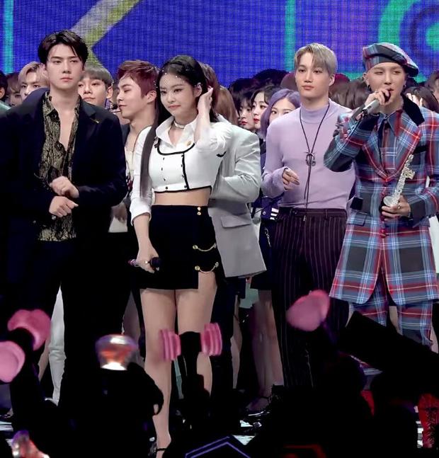 """Khi Jennie và nam idol chung sân khấu: """"Bung xõa"""" với Mino (WINNER) nhưng lại ngượng ngùng trước mỹ nam SM; được ship với Sehun ai ngờ cùng Kai """"thả thính"""" - Ảnh 16."""