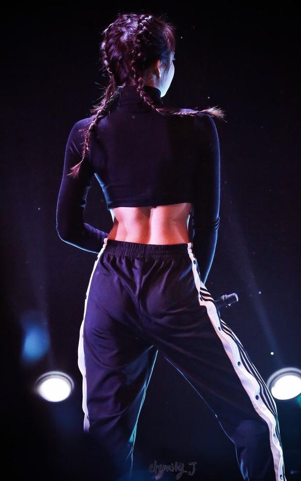 """Nhìn từ đằng sau mới thấy Jennie khéo diện đồ đến mức nào: Khoe trọn eo nhỏ vai thon, rãnh lưng đẹp """"bá cháy"""" - Ảnh 4."""