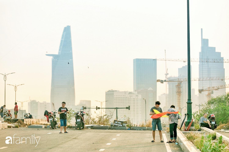 Chùm ảnh: Cánh đồng diều bay rợp trời hot nhất tại Sài Gòn, bất kể già trẻ, lớn bé ai cũng hăng say như trở về tuổi thơ - Ảnh 2.