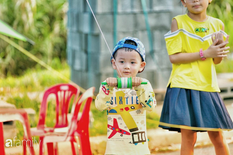 Chùm ảnh: Cánh đồng diều bay rợp trời hot nhất tại Sài Gòn, bất kể già trẻ, lớn bé ai cũng hăng say như trở về tuổi thơ - Ảnh 13.