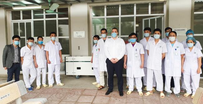 Bác sĩ Nguyễn Ngọc Sơn và ông Rob De Zwart, chuyên gia cao cấp của tập đoàn Y tế Deconta (Đức) cùng đội ngũ bác sĩ tại  phòng cách ly Bệnh viện Đa khoa Đức Giang – Hà Nội.