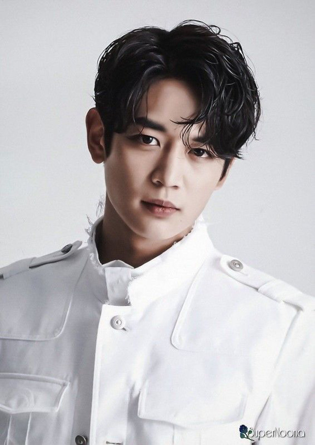 Bóc nhan sắc của dàn sao Hàn trên thực tế: V (BTS) - Suho (EXO) nổi là có lý do, mợ chảnh bỗng lộ diện giữa dàn idol - Ảnh 25.