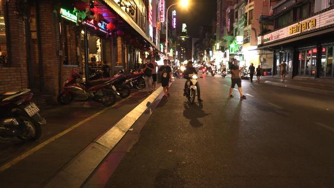 Ảnh: Các quán bar, karaoke ở trung tâm Sài Gòn đóng cửa để phòng dịch - Ảnh 4.