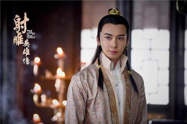Trước hình ảnh thái tử Lý Thừa Ngân đẹp trai, phong độ thì tạo hình nhân vật Dương Khang trong Anh hùng xạ điêu lại quá tầm thường, thậm chí, kiểu tóc không phù hợp còn khiến Trần Tinh Húc nhìn có vẻ hơi nữ tính.