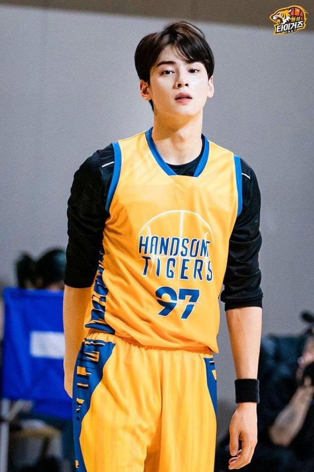 Ngây ngất trước visual điểm 10 của Cha Eun Woo khi chơi bóng rổ: Đích thực là nam thần thanh xuân trong mộng của mọi fan nữ! - Ảnh 2.