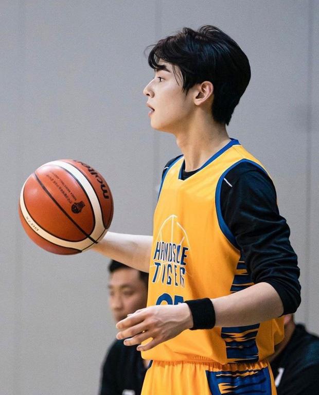 Ngây ngất trước visual điểm 10 của Cha Eun Woo khi chơi bóng rổ: Đích thực là nam thần thanh xuân trong mộng của mọi fan nữ! - Ảnh 9.