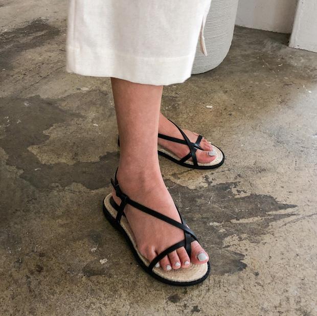 Chị em cần thủ sẵn 3 mẫu giày dép sau đây để ngày mưa gió vẫn sành điệu, chỉn chu từ đầu đến chân - Ảnh 10.