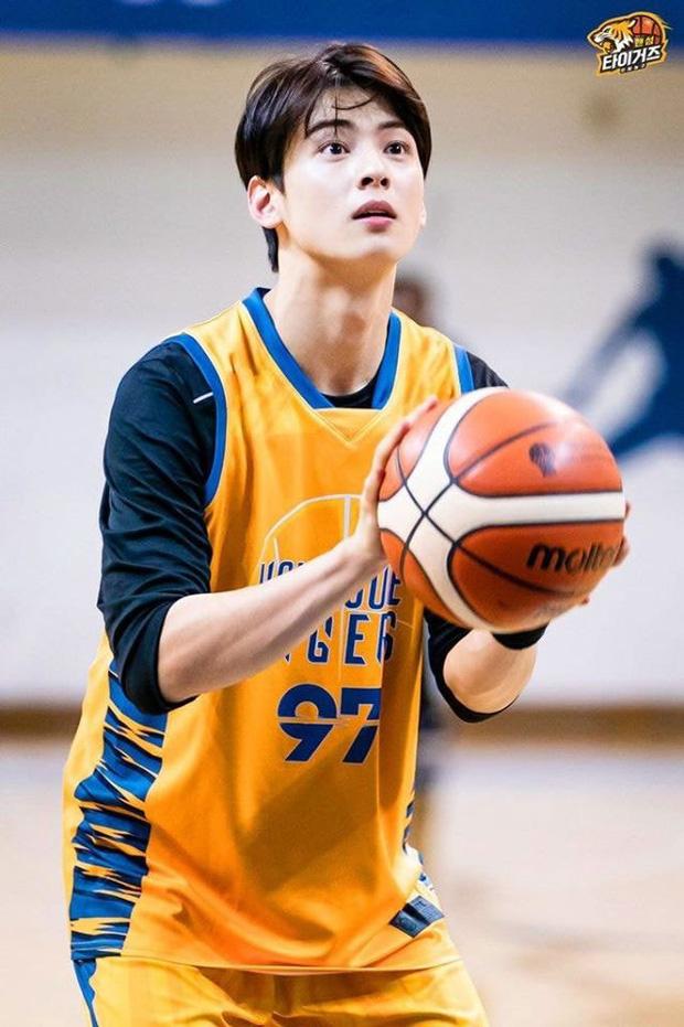 Ngây ngất trước visual điểm 10 của Cha Eun Woo khi chơi bóng rổ: Đích thực là nam thần thanh xuân trong mộng của mọi fan nữ! - Ảnh 3.