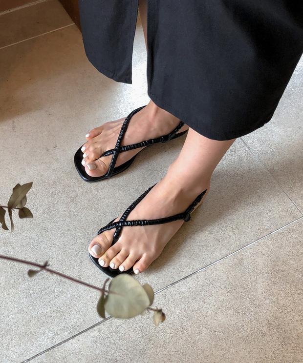 Chị em cần thủ sẵn 3 mẫu giày dép sau đây để ngày mưa gió vẫn sành điệu, chỉn chu từ đầu đến chân - Ảnh 9.