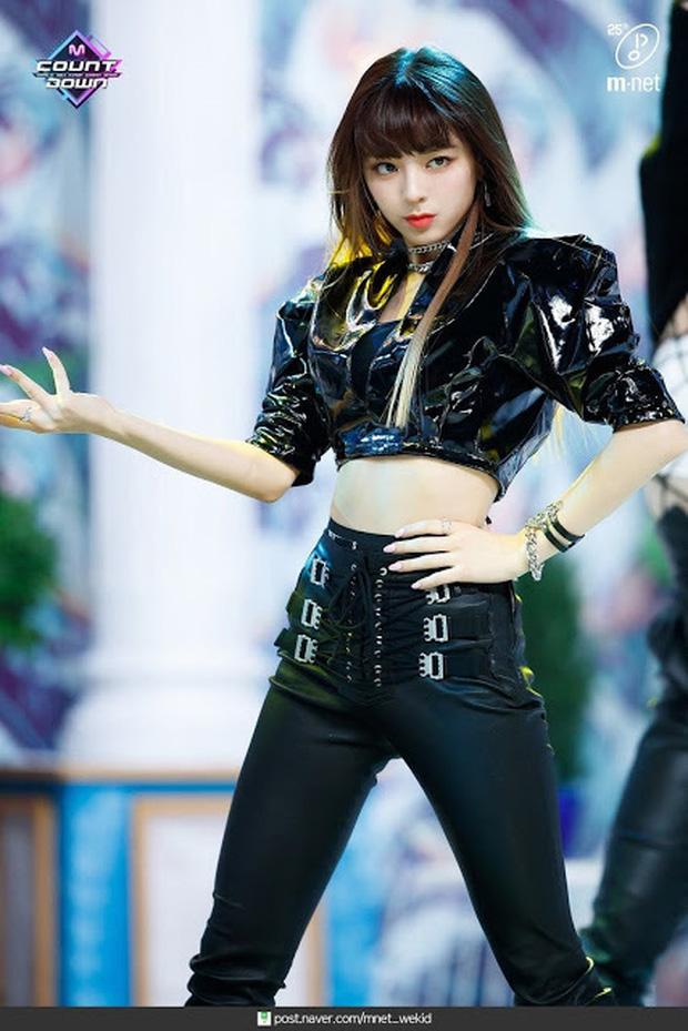 """Nữ tân binh được coi là """"Nayeon (TWICE) phiên bản mới"""": Debut đã nổi hơn cả center, view fancam cao nhất nhì nhóm, đến cắt tóc cũng làm Knet """"đảo điên"""" - Ảnh 10."""