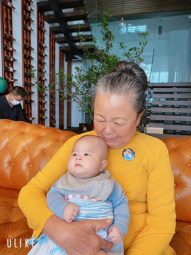 Hot mom Văn Thùy Dương hạnh phúc ngắm mẹ bế 2 cháu ngoại sinh đôi, song món đồ nhỏ cài trên áo bà khiến ai cũng xúc động khi nhìn thấy - Ảnh 3.