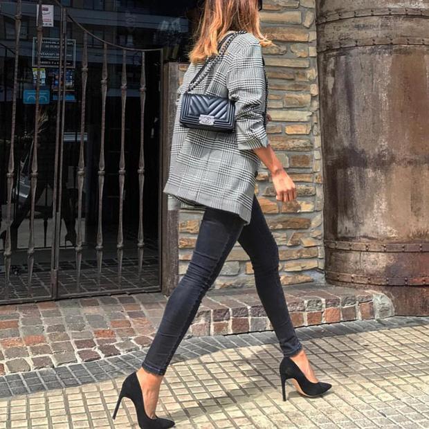 Blazer + Jeans: Nàng công sở sẽ chẳng bao giờ mặc xấu nếu biết thêm cách kết hợp giày dép này - Ảnh 5.
