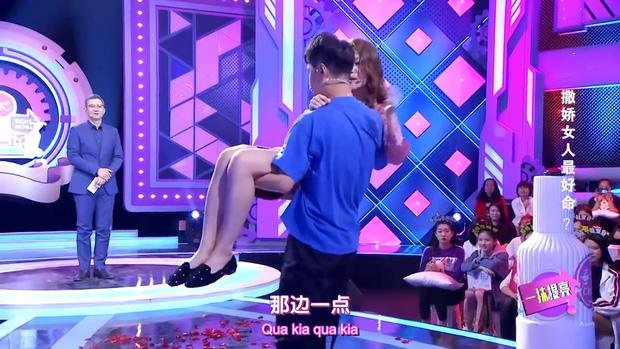 Đòi ăn thanh long bỏ hạt, dưa hấu cắt hình trái tim, cô gái bị bạn trai chia tay ngay tại show tỏ tình - Ảnh 2.