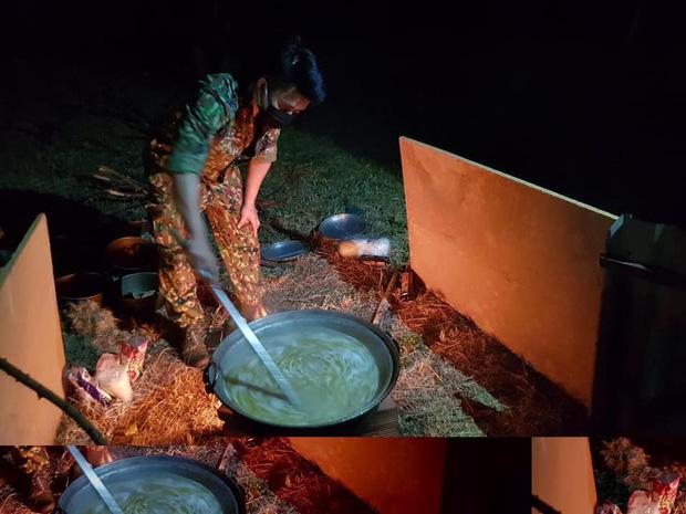 Bữa ăn khuya đạm bạc của các chiến sĩ bộ đội bên trong khu cách ly sau 1 ngày căng mình chống dịch Covid-19: Nổi cháo trắng, gói bim bim cùng chai nước lọc lót dạ - Ảnh 1.