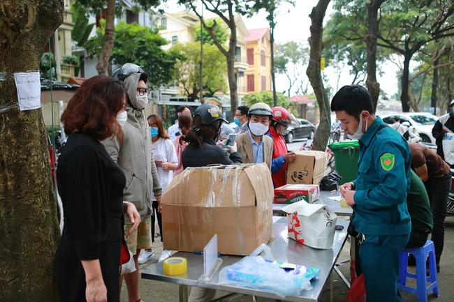 Quá giờ kí gửi đồ, nhiều người vẫn đội mưa nán lại chờ gửi đồ tiếp tế cho người thân ở khu cách ly Pháp Vân- Tứ Hiệp - Ảnh 2.