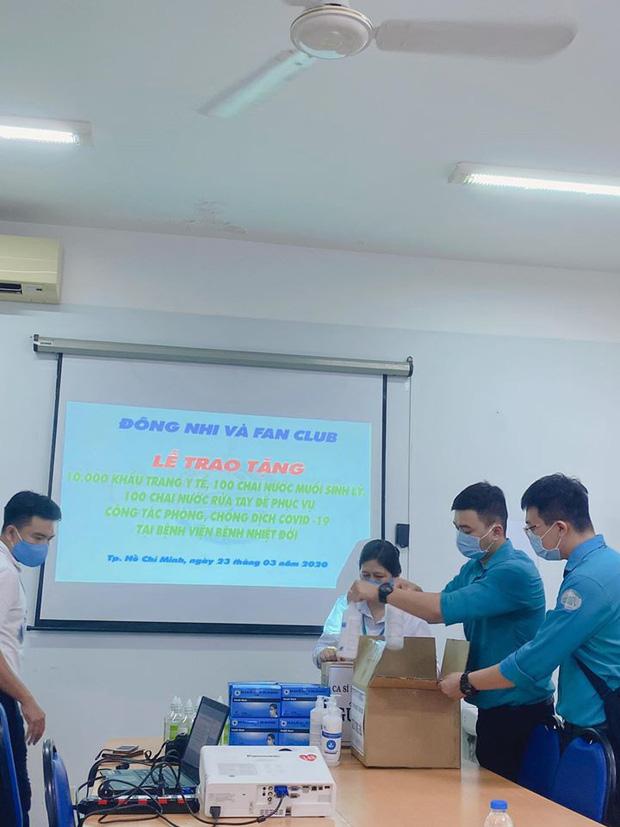Vợ chồng Đông Nhi - Ông Cao Thắng và fanclub khủng trao tặng 35.000 khẩu trang, loạt vật dụng y tế phòng dịch Covid-19 - Ảnh 4.