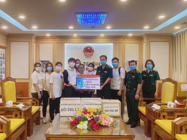 Vợ chồng Đông Nhi - Ông Cao Thắng và fanclub khủng trao tặng 35.000 khẩu trang, loạt vật dụng y tế phòng dịch Covid-19 - Ảnh 2.