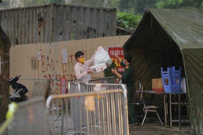 Quá giờ kí gửi đồ, nhiều người vẫn đội mưa nán lại chờ gửi đồ tiếp tế cho người thân ở khu cách ly Pháp Vân- Tứ Hiệp - Ảnh 11.
