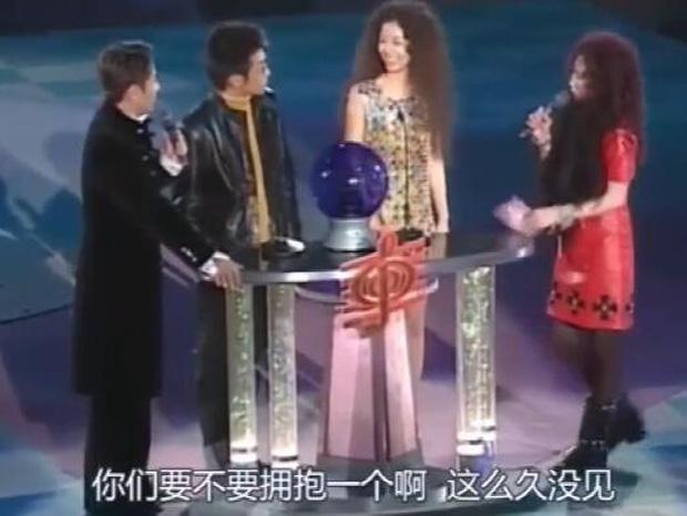 Khoảnh khắc xấu hổ 20 năm trước đào lại: Lâm Tâm Như từ chối ôm Tô Hữu Bằng nhưng lại vui vẻ ôm chặt Tạ Đình Phong - Ảnh 4.