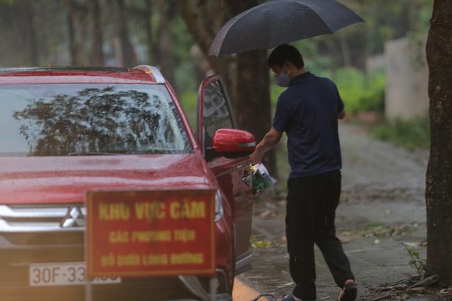 Quá giờ kí gửi đồ, nhiều người vẫn đội mưa nán lại chờ gửi đồ tiếp tế cho người thân ở khu cách ly Pháp Vân- Tứ Hiệp - Ảnh 10.