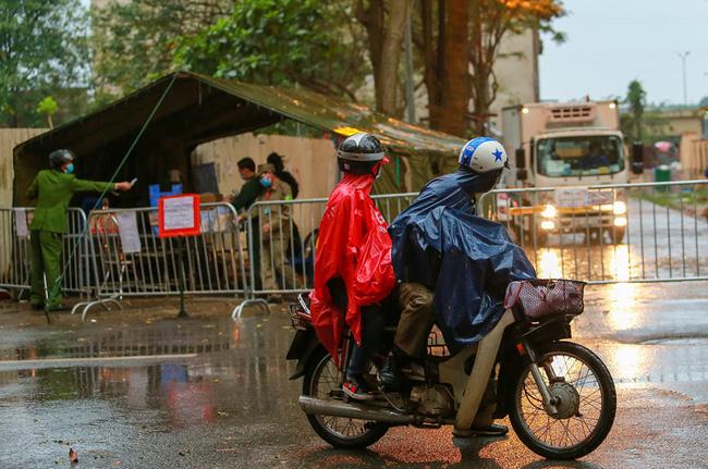 Quá giờ kí gửi đồ, nhiều người vẫn đội mưa nán lại chờ gửi đồ tiếp tế cho người thân ở khu cách ly Pháp Vân- Tứ Hiệp - Ảnh 15.