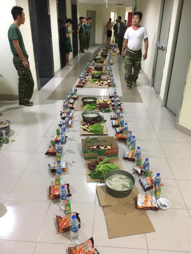 Bữa ăn khuya đạm bạc của các chiến sĩ bộ đội bên trong khu cách ly sau 1 ngày căng mình chống dịch Covid-19: Nổi cháo trắng, gói bim bim cùng chai nước lọc lót dạ - Ảnh 2.