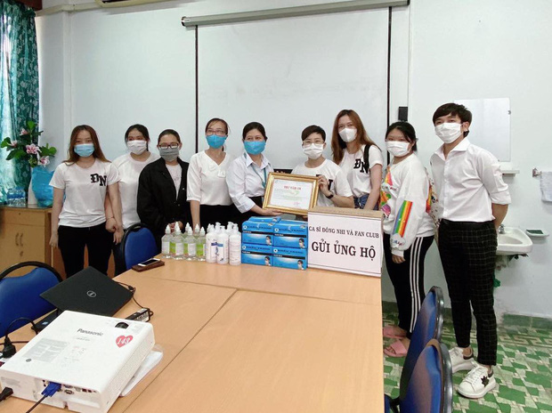 Vợ chồng Đông Nhi - Ông Cao Thắng và fanclub khủng trao tặng 35.000 khẩu trang, loạt vật dụng y tế phòng dịch Covid-19 - Ảnh 3.