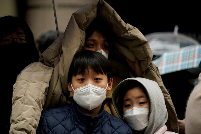 Cả gia đình Hàn Quốc tái nhiễm Covid-19 sau 10 ngày xuất viện, trong đó có 1 bé gái 17 tháng tuổi - Ảnh 3.