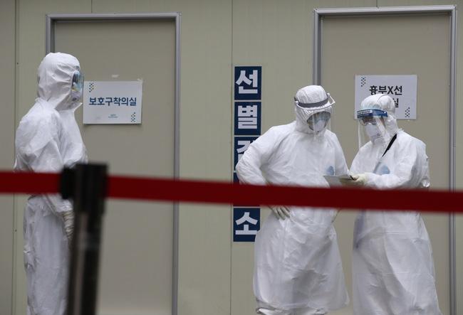 Cả gia đình Hàn Quốc tái nhiễm Covid-19 sau 10 ngày xuất viện, trong đó có 1 bé gái 17 tháng tuổi - Ảnh 1.