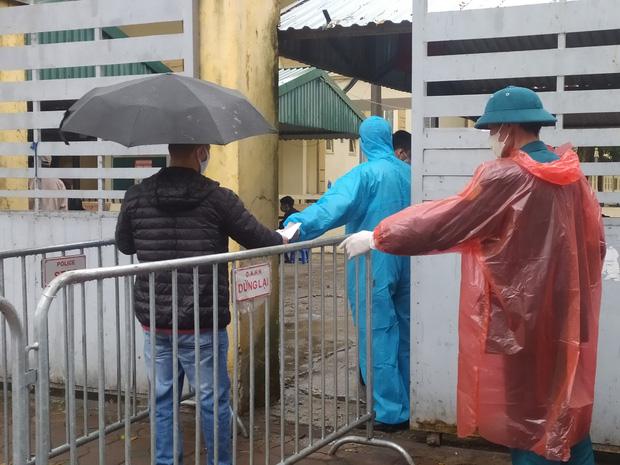 Hà Nội: Lượng người đổ về điểm test nhanh COVID-19 tăng đột biến, đội mưa xếp hàng dài hàng trăm mét chờ được xét nghiệm - Ảnh 7.