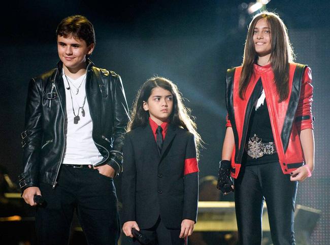 Cuộc sống cô độc của cậu con trai út nhà Michael Jackson: Đứa trẻ không mẹ, 7 tuổi đã mồ côi cha, sống vô hình trong gia tộc giàu sang  - Ảnh 7.