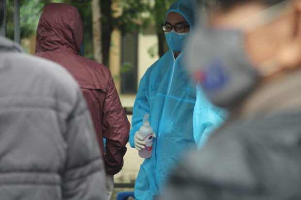 Hà Nội: Lượng người đổ về điểm test nhanh COVID-19 tăng đột biến, đội mưa xếp hàng dài hàng trăm mét chờ được xét nghiệm - Ảnh 27.