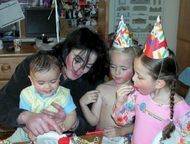 Cuộc sống cô độc của cậu con trai út nhà Michael Jackson: Đứa trẻ không mẹ, 7 tuổi đã mồ côi cha, sống vô hình trong gia tộc giàu sang  - Ảnh 4.