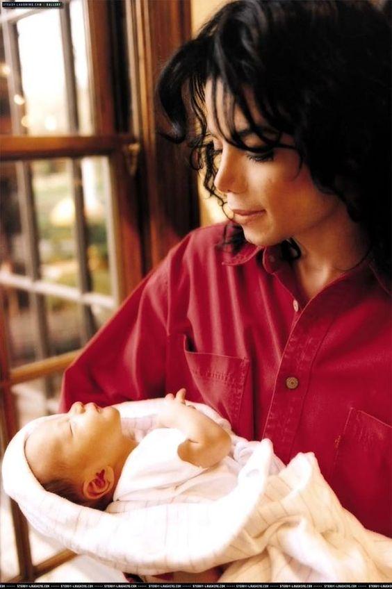 Cuộc sống cô độc của cậu con trai út nhà Michael Jackson: Đứa trẻ không mẹ, 7 tuổi đã mồ côi cha, sống vô hình trong gia tộc giàu sang  - Ảnh 2.