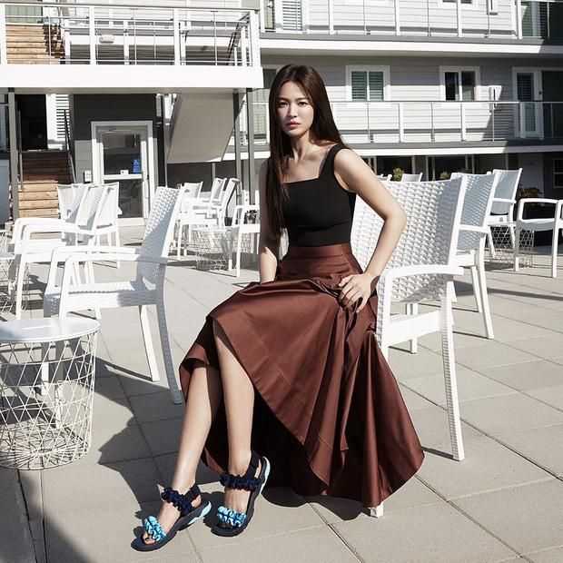 Diện lên cực trẻ và chơi, bảo sao Song Hye Kyo lẫn Hà Tăng đều tích cực lăng xê mẫu sandal thô kệch này - Ảnh 1.
